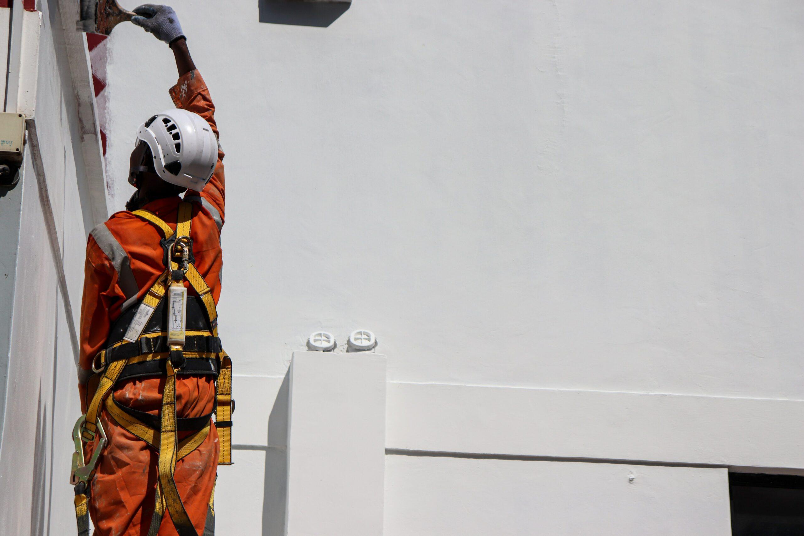 Hombre trabajando con arnés para evitar accidentes laborales