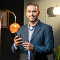 Hombre ejecutivo sosteniendo celular